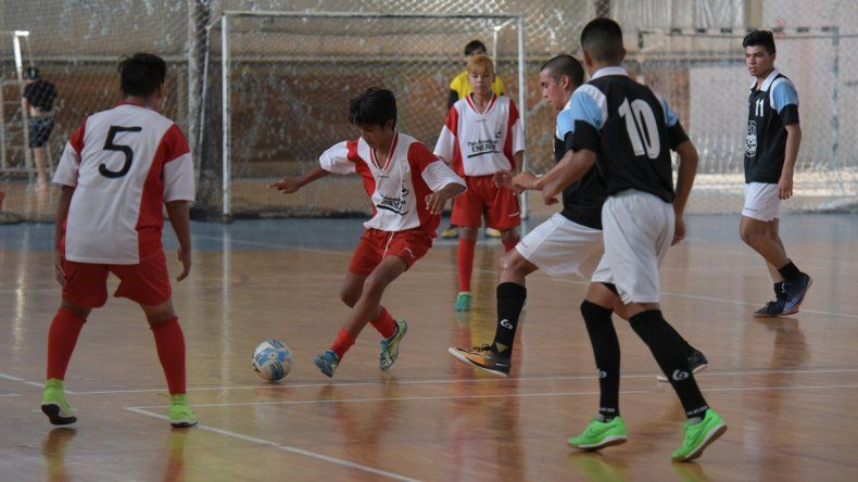 La Asociación Promocional de fútbol de salón ya tiene definidos los semifinalistas en Menor y Juvenil del torneo de Verano que se disputa en el gimnasio municipal 2.