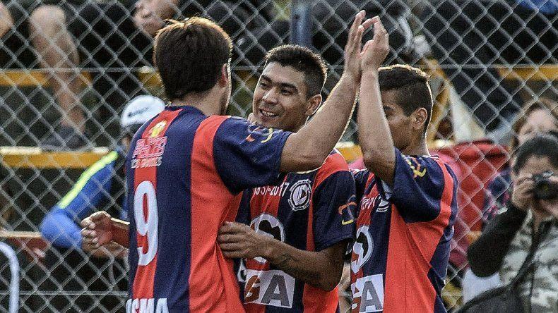 Los abrazos son para el goleador Jorge Lasso que en cuatro partidos gritó seis veces.