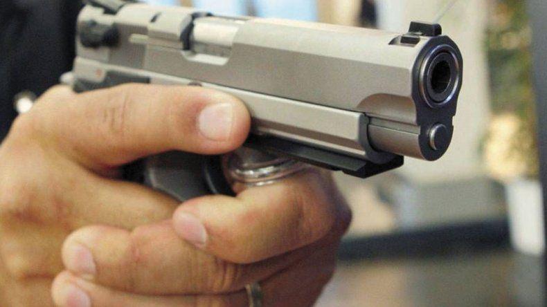 Denunció que un hombre le disparó tres tiros contra el auto en el que viajaba con sus hijos