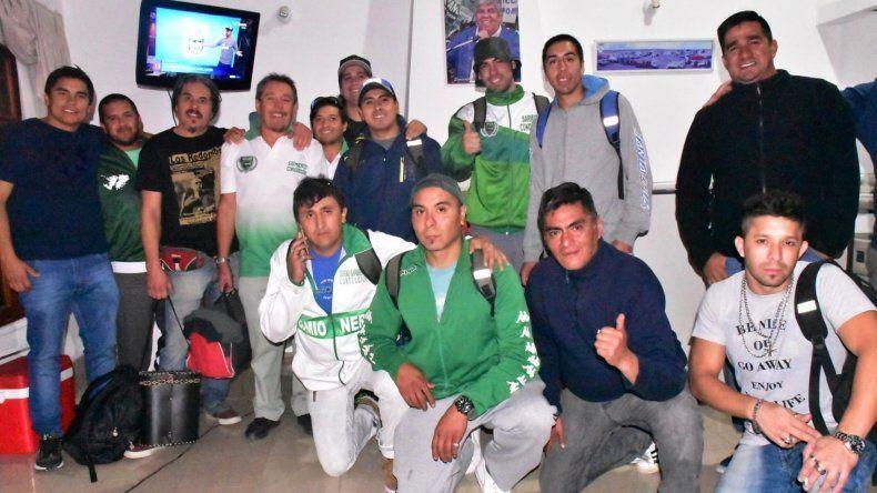 Una multitudinaria delegación de santacruceños afiliados al Sindicato de Camioneros partió hacia Buenos Aires .
