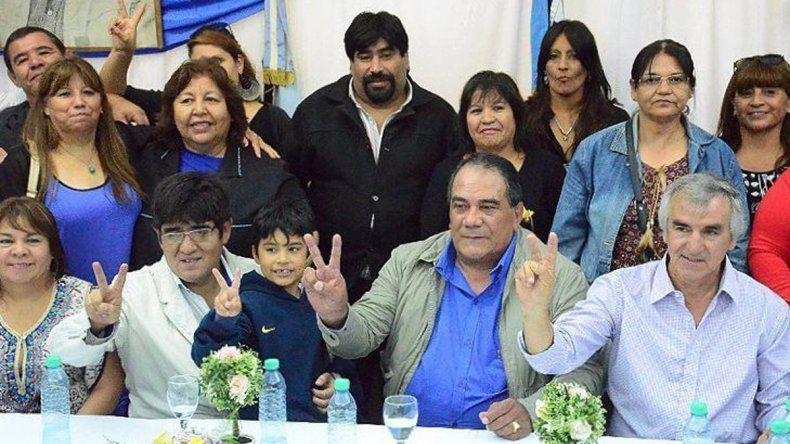 Julián Carrizo -centro- junto a dirigentes que renovaron mandato y otros que se incorporan a la conducción del SOEMCO