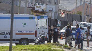 En Polonia y Marinero López, un motociclista se quebró ambas muñecas y una pierna al chocar contra un auto.