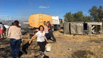 un incendio de pastizales se propago a patios de vecinos