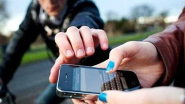 Le arrebató el celular a una mujer en una parada de colectivos