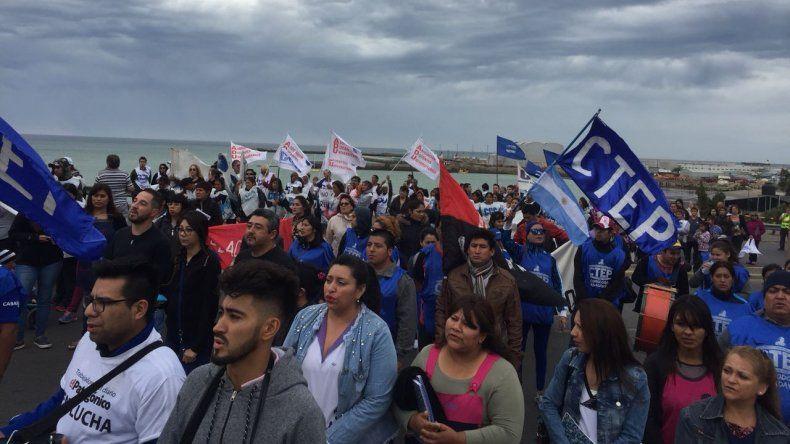 Cientos de trabajadores marcharon por el centro de Comodoro
