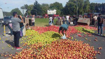 productores arrojaron fruta en la marcha de rio negro