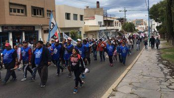 El paso de los manifestantes por la avenida Rivadavia.