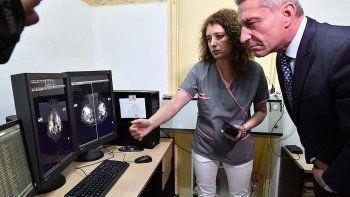 El gobernador al encabezar ayer la inauguración del nuevo mamógrafo del Centro Materno Infantil de Trelew.