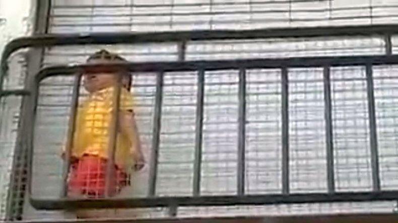Insólita defensa del jardín que dejó un nene encerrado en el balcón
