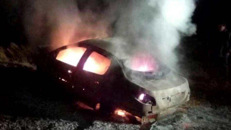 Los cuatro integrantes de la familia que viajaba en el Peugeot 207 fueron rescatados por otros automovilistas segundos antes de que el fuego lo destruyera totalmente.