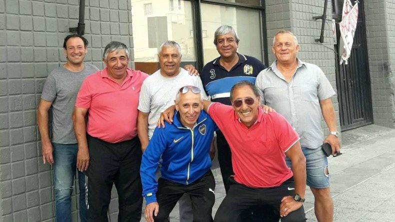 Fermín López y Mario Olivera –abajo– junto a quienes hoy compartirán un asado y mañana jugarán en el estadio municipal.