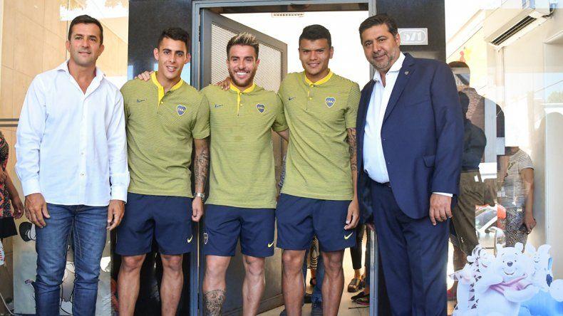 Daniel Angelici junto a los futbolistas Cristian Pavón
