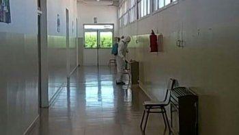 La comisión de fomento de Cañadón Seco contrató el servicio de una empresa especializada en el control de plagas para fumigar las instalaciones de la Escuela Primaria 23.