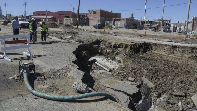 Ya colocan el tramo nuevo del caño averiado en el barrio San Cayetano