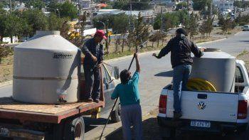 Nuevamente ayer se incrementó el número de vecinos que acudieron a proveerse de agua en el cargador ubicado en el barrio 3 de Febrero.