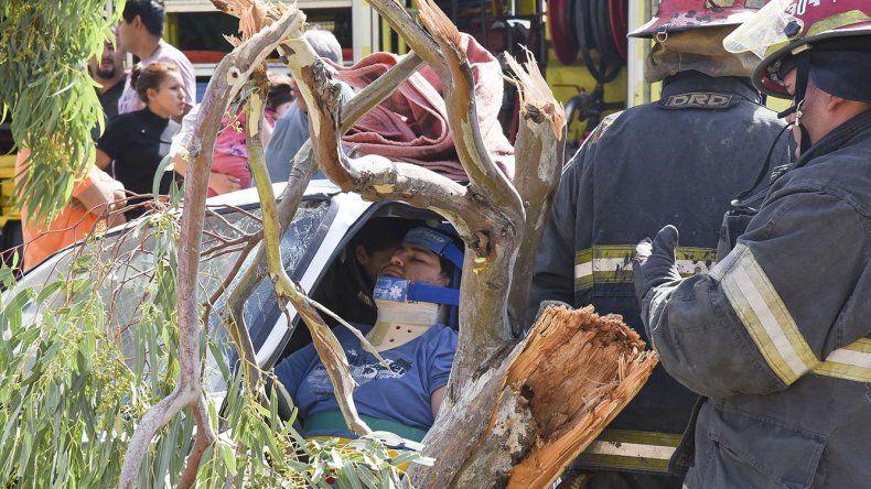 Habría intentado  pasar a otro auto y se estrelló contra un árbol en el ingreso a Castelli
