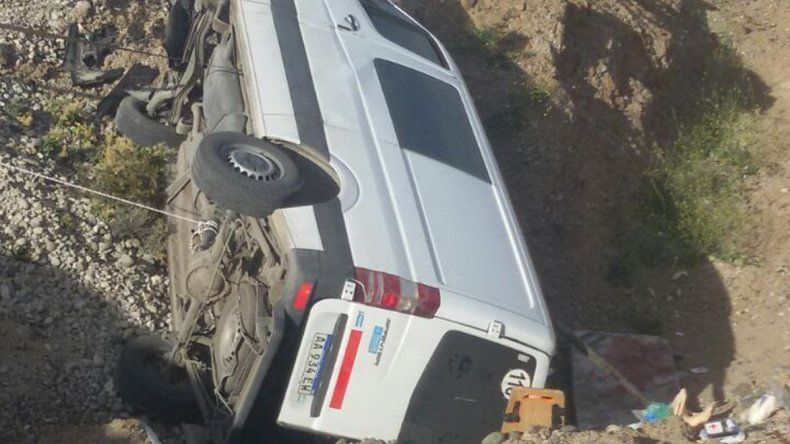 La Mercedes Benz Sprinter quedó destruida a unos 500 metros de la ruta.