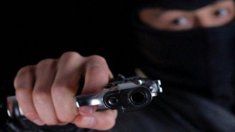 Un joven con rostro tapado asaltó un multirrubro en Kilómetro 8