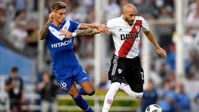 Javier Pinola cubre el balón marcado por Nicolás Domínguez en el partido jugado ayer en Liniers.