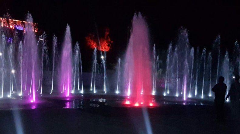 Quedó inaugurada la fuente de aguas danzantes en el Parque Saavedra
