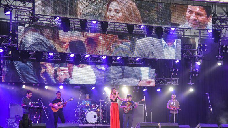 El espectáculo en el Predio Ferial también tuvo lugar para los artistas regionales como Estefanía Arias