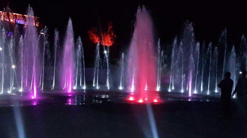 La fuente de aguas danzantes que se inauguró el sábado a la noche en el Parque Saavedra.