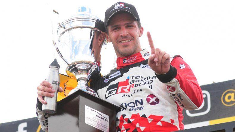 Matías Rossi festeja su triunfo ayer en el podio del Top Race.