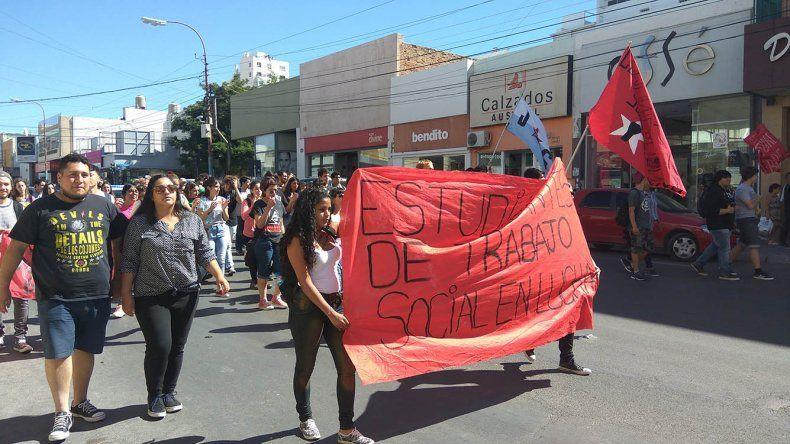 En Comodoro Rivadavia más de 100 personas se movilizaron para repudiar las modificaciones al Transporte Educativo Gratuito.