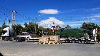 El escuadrón de Gendarmería que provenía de Bariloche estaba reforzado por un carro hidrante transportado en un carretón. En la foto se lo observa cuando pasaba por una calle céntrica de Gobernador Gregores.