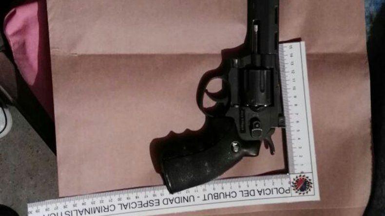 La Brigada secuestró el revólver calibre 22 utilizado para amenazar a la mujer víctima de violencia de género.