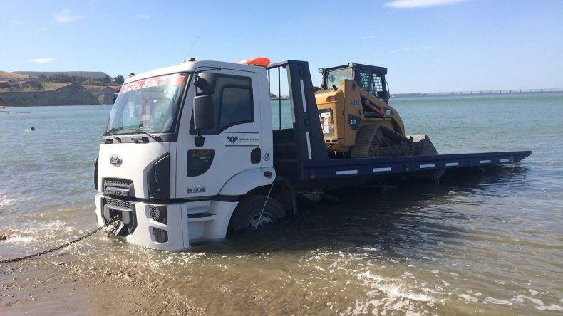 Un camión con una minipala estuvieron atrapados durante más de seis horas en las piedras de la Costanera.