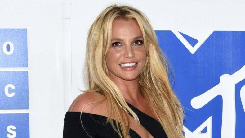 Britney Spears ¡no pegó una! pero mostró su lomazo jugando al tenis
