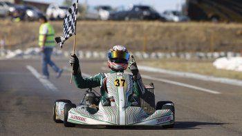 Christian Abdala con la bandera a cuadros ayer en el kartódromo Internacional de la Asociación de Kárting Patagonia Sur.
