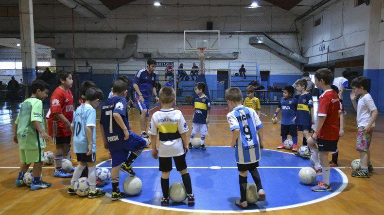 La escuela de fútbol de la CAI ya inició sus actividades.