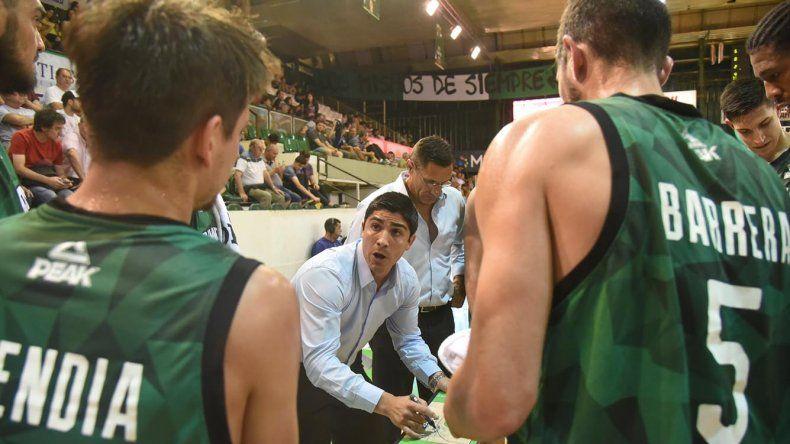 El entrenador Martín Villagrán dando indicaciones a sus jugadores durante un pedido de minuto.
