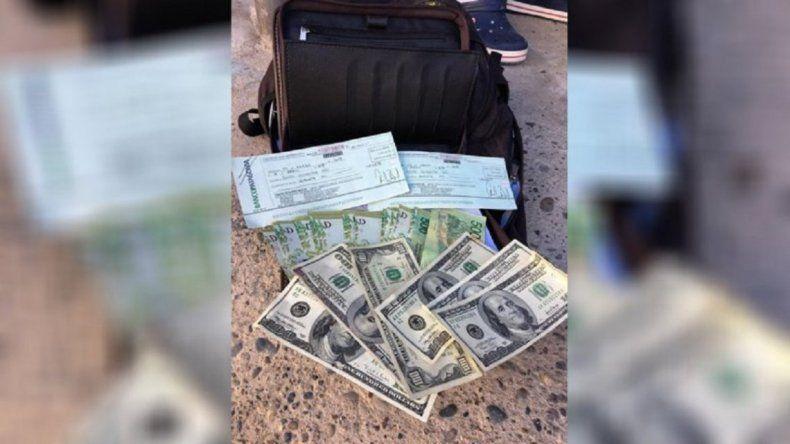 Encontró dólares, pesos, cheques y devolvió todo