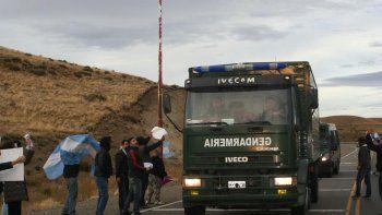 Antes de arribar a Río Turbio, la caravana de vehículos de Gendarmería fue repudiada por decenas de vecinos en rutas de acceso a otras localidades.