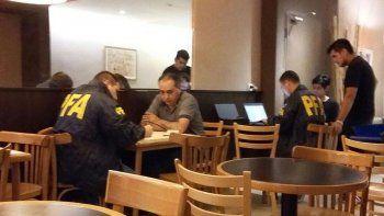 Efectivos de la Policía Federal fueron a buscar al intendente de Río Turbio, Atanasio Pérez Osuna. a un hotel de Buenos Aires donde estaba alojado. Lo llevaron esposado.
