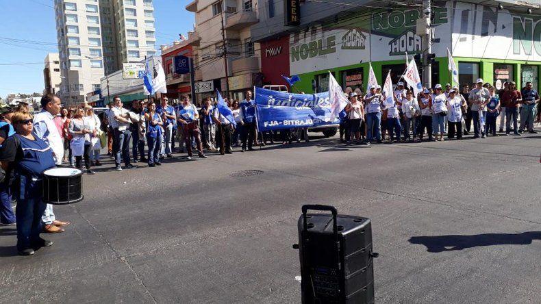 Estatales de Chubut en alerta. No aceptan cobrar tarde y en forma escalonada.