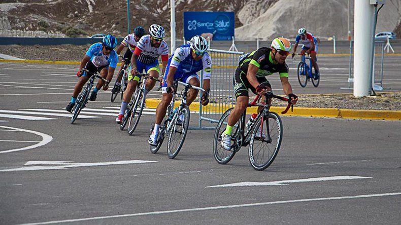 Los ciclistas en plena prueba en el Predio Ferial durante el fin de semana donde se realizó la Vuelta Master.