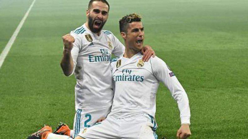 Cristiano Ronaldo y Daniel Carvajal celebran el gol del portugués ayer ante el PSG de Francia.