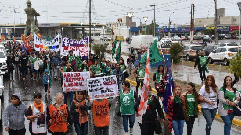 La marcha por el Día Internacional de la Mujer que se realizó en Caleta Olivia coincidió con una tarde lluviosa.