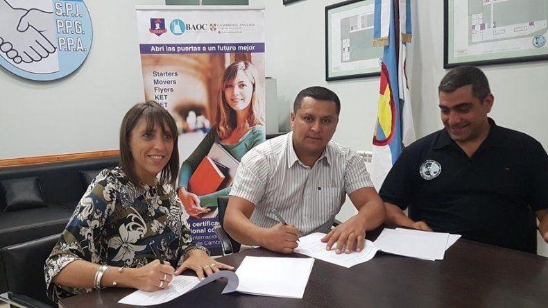 La firma del convenio entre la Mutual de Petroleros Jerárquicos y Cultural Inglesa.