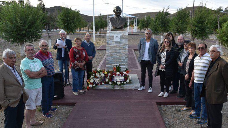 Dos de las ofrendas florales fueron colocadas junto al busto del ingeniero Julio Canesa