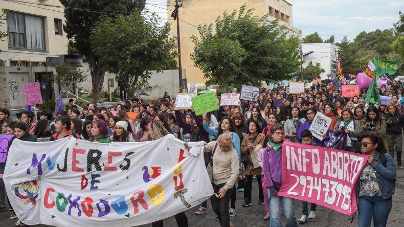 Más de mil personas participaron de la movilización por el Día Internacional de la Mujer en Comodoro Rivadavia.