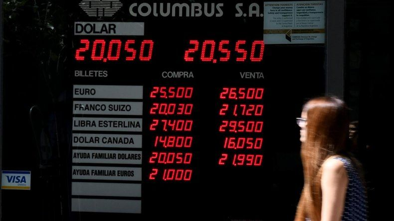 El dólar retrocedió 14 centavos al volver a intervenir el Banco Central y cerró a 20,54 pesos