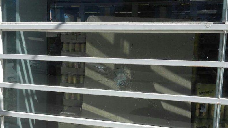 Detuvieron a un hombre por robar fernet y hubo roturas de vidrieras por cerveza