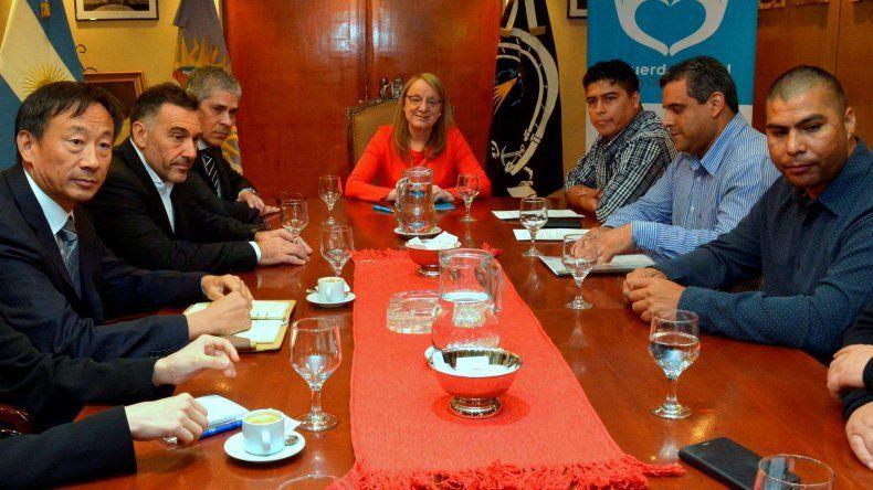 La gobernadora Alicia Kirchner y otros funcionarios recibieron a directivos de Sinopec Argentina encabezados por su presidente. De la reunión también tomaron parte dirigentes gremiales.