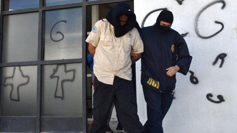Uno de los integrantes de la banda que asaltó a mano armada una verdulería en el barrio 3 de Febrero es retirado por policías de la DDI desde el edificio de tribunales.