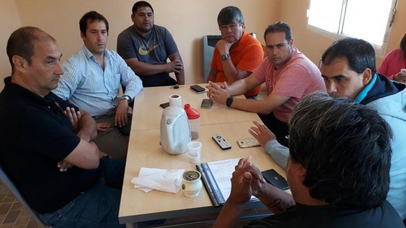 Miembros de la Asociación Pro Cuartel de Bomberos Voluntarios de Laprida se reunieron con funcionarios políticos para trabajar en la habilitación del destacamento.